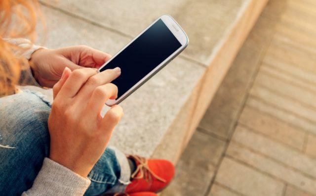 empresas, cobranza, teléfono méxico, una persona recibe una llamada telefónica en su celular (Imagen: Especial)