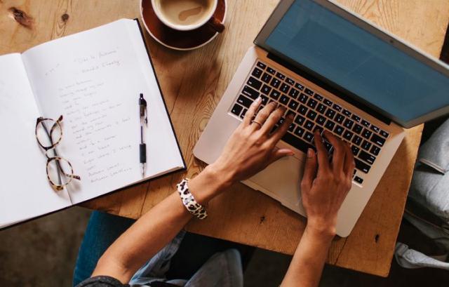 06 de enero 2020, Freelance, computadora, trabajo, cuaderno, café, pluma, libreta, empleo independiente