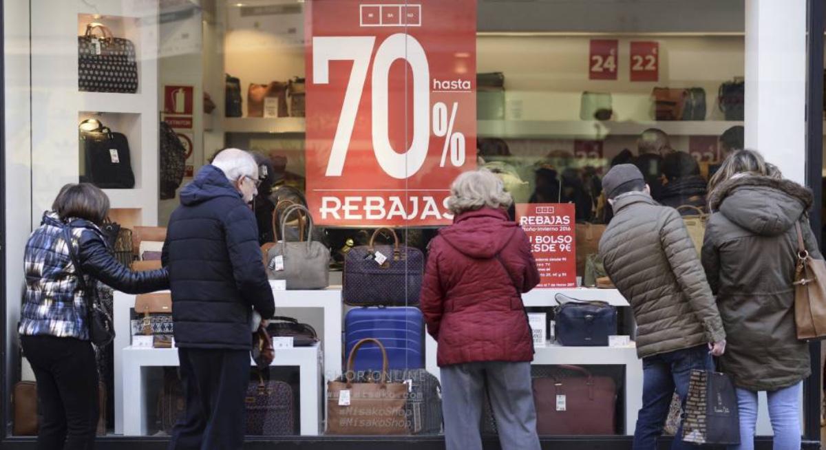 2 de enero de 2020, desceuntos, rebajas, personas observan descuentos que ofertan en una tienda (Imagen: Especial)