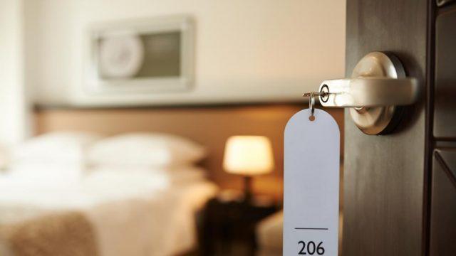 3 de enero de 2020, dinero finanzas personales, puerta de un hotel (Imagen: Especial)