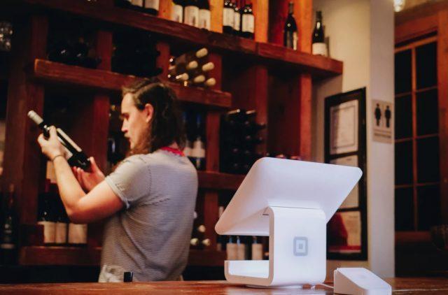 6 de febrero de 2020, un empleado acomoda unos objetos (Imagen: Unsplash)