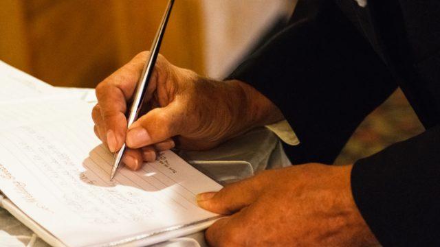 7 de febrero de 2020, firma de documentos (Imagen: Unsplash)