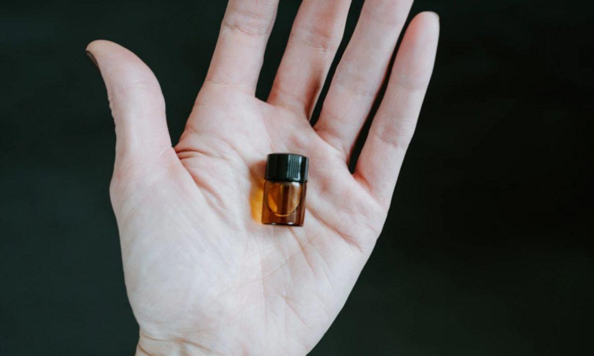 7 de febrero de 2020, un frasco en la mano (Imagen: Unsplash)