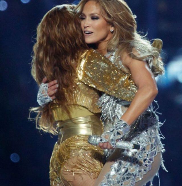 14 de febrero de 2020, JLo y Shakira se dan un abrazo (Imagen: Twitter @shakira)