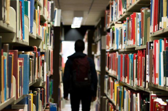 18 de febrero de 2020, joven entre libros (Imagen: Unsplash)