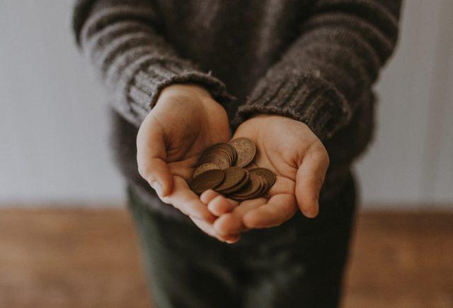 manos con dinero (Imagen: Unsplash)