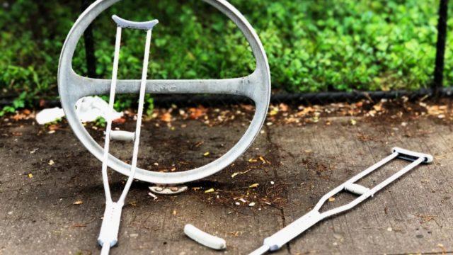 21 de febrero de 2020, muletas tras accidente de trabajo (Imagen: Unsplash)