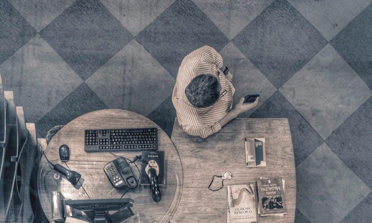 6 de febrero de 2020, el jefe de un negocio cerca de una computadora (Imagen: Unsplash)