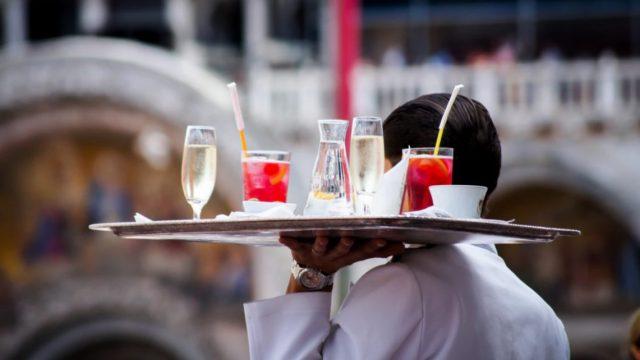 4 de febrero de 2020, mesero, propinas, un mesero lleva bebidas (Imagen: unsplash)