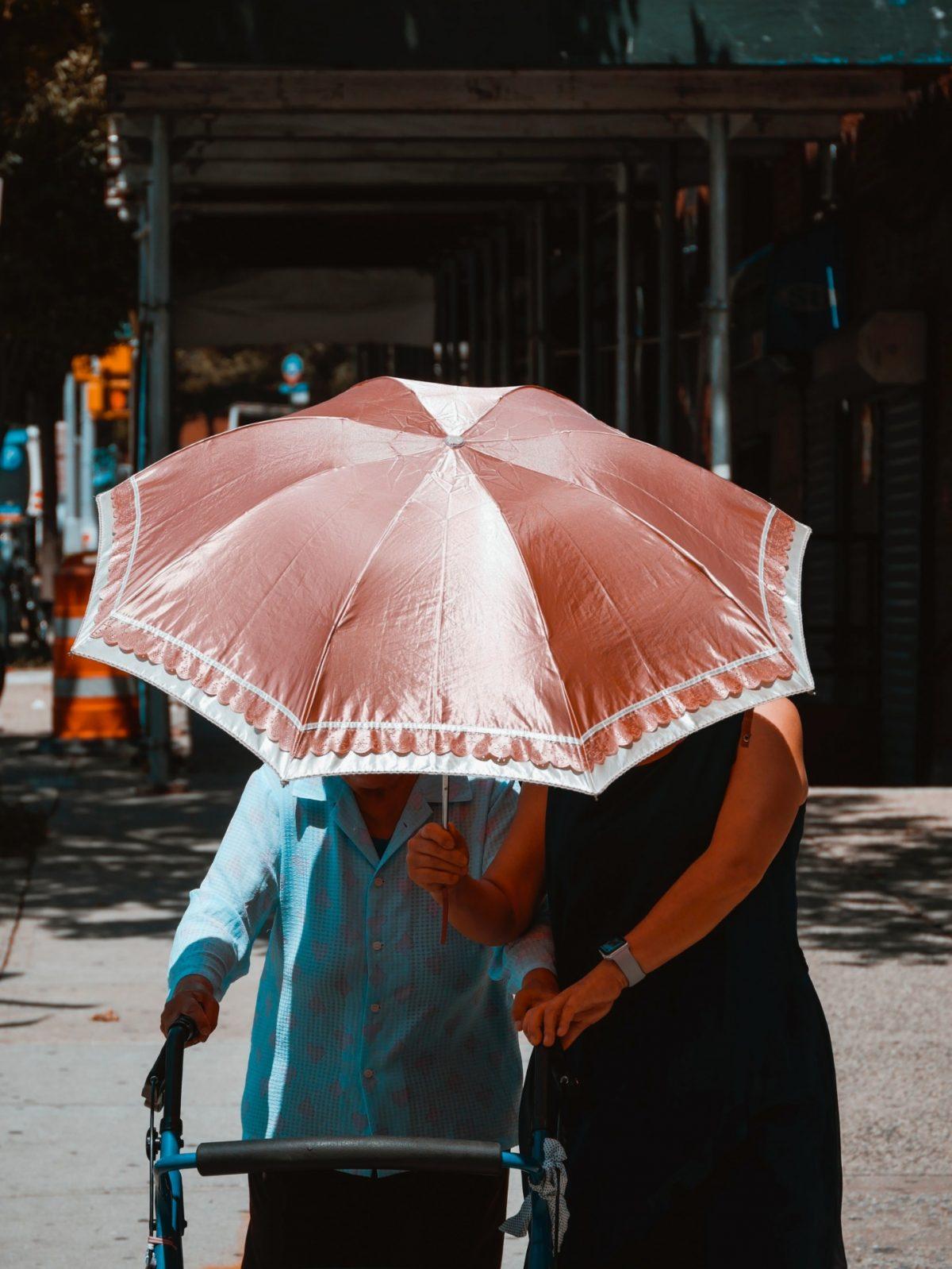 6 de marzo de 2020, una persona de la tercera edad se desplaza con andadera (Imagen: Unsplash)