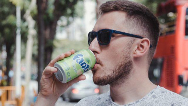 6 de marzo de 2020, joven toma bebida de Fanta (Imagen: Unsplash)