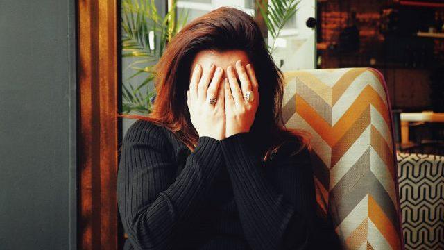 13 de marzo de 2020, una mujer sufre migraña (Imagen: Unsplash)