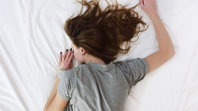 12 de marzo de 2020, una mujer duerme (Imagen: Unsplash)