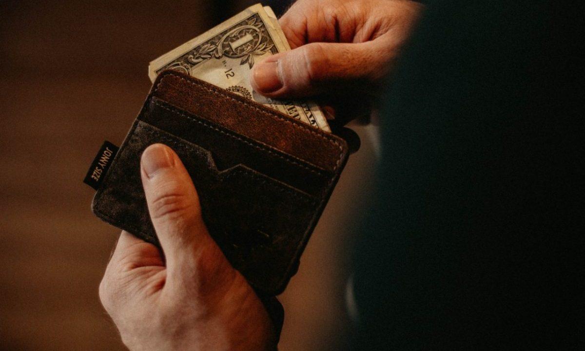 Dólar en las manos (Imagen: Unsplash)