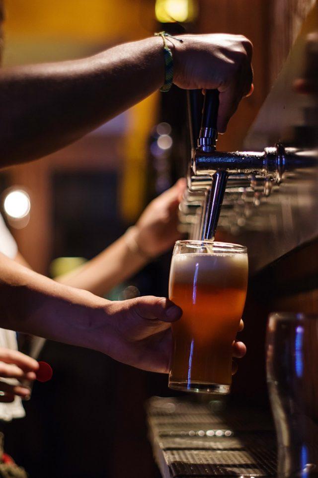 Servir cerveza de barril (Imagen: Unsplash)