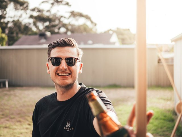 Brindar con cerveza (Imagen: Unsplash)