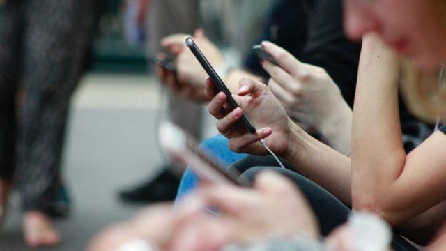 Usar telefono celular (Imagen: Unsplash)