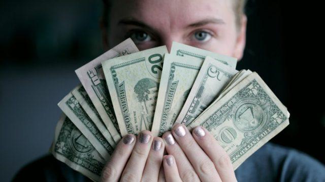 Dólares en manos (Imagen: Unsplash)