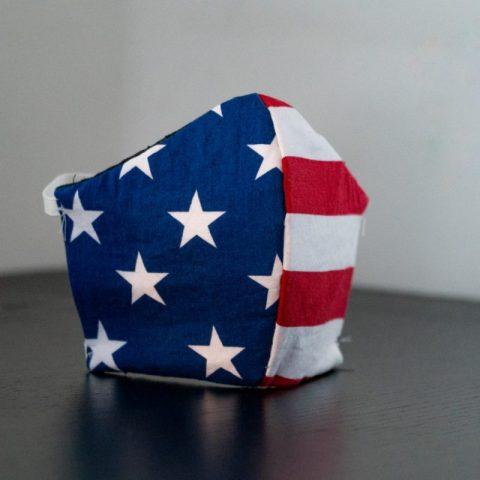 Cubrebocas con colores de bandera de Estados Unidos (Imagen: Unsplash)