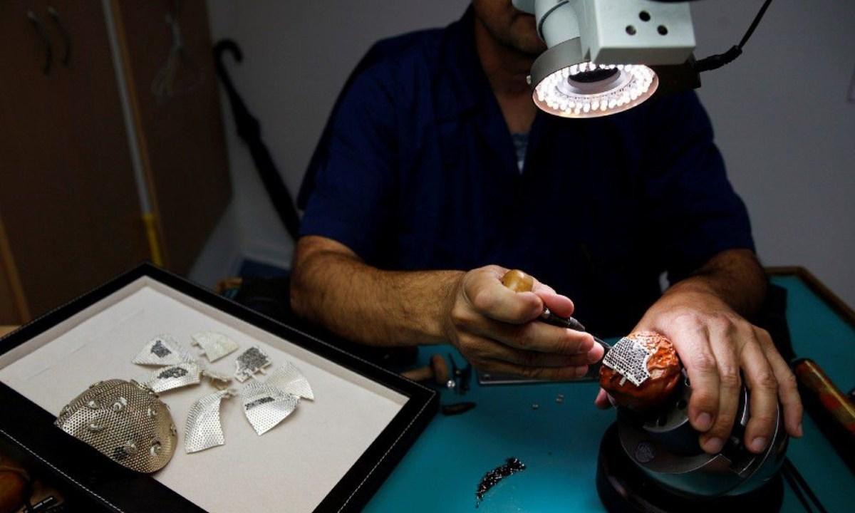 Así es la mascarilla más cara del mundo, cuesta 1.5 mdd y está hecha de oro y diamantes