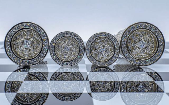 Zafiros y diamantes en ajedrez (Imagen: colinburnjewelryart)