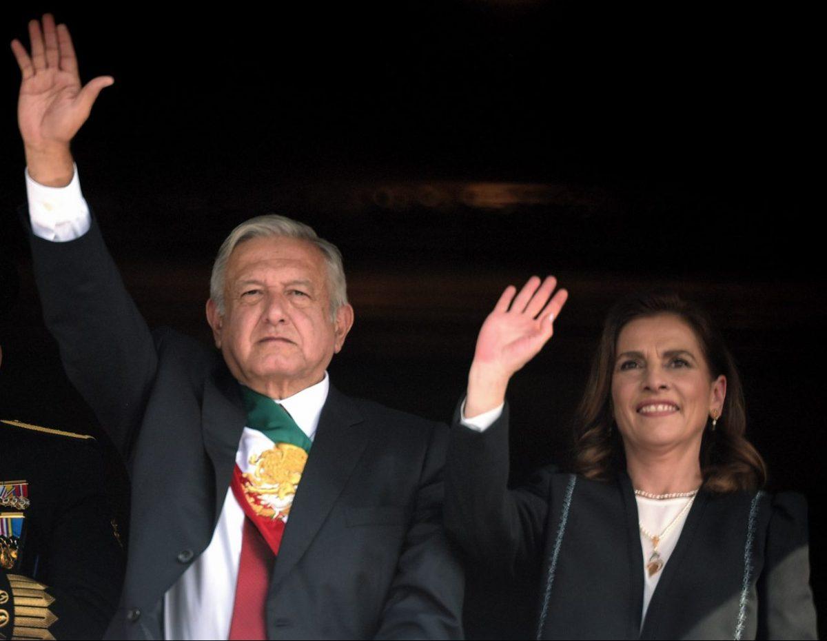 AMLO y Beatriz Gutiérrez reciben títulos de marca del IMPI por 10 años