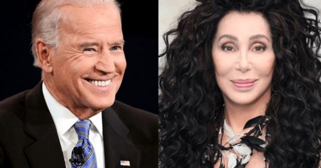 Joe Biden y Cher (Imagen: Twitter @JSimsSD)