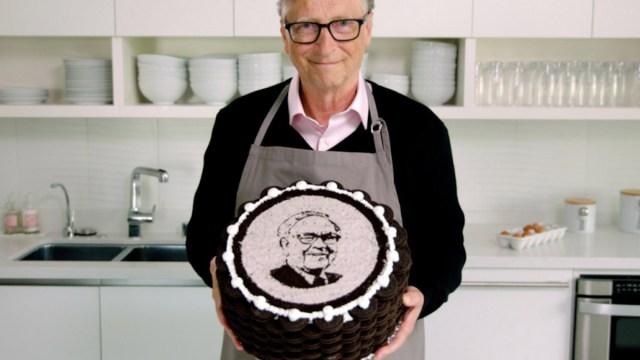 Bill Gates prepara pastel de oreo para Warren Buffett por su cumpleaños 90 (Imagen: Gates Notes)