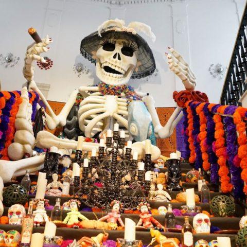 Ofrenda para Día de Muertos (Imagen: Twitter @EnclaveComun)