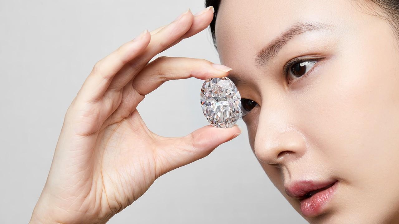 Subasta de diamante blanco asciende a los 15 millones de dólares