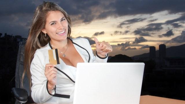 Pasos a seguir para que una mujer obtenga un estado de cuenta de su tarjeta sin ir al banco y por internet