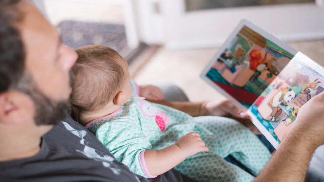 Padres que trabajan con sus hijos en casa (Imagen: Unsplash)