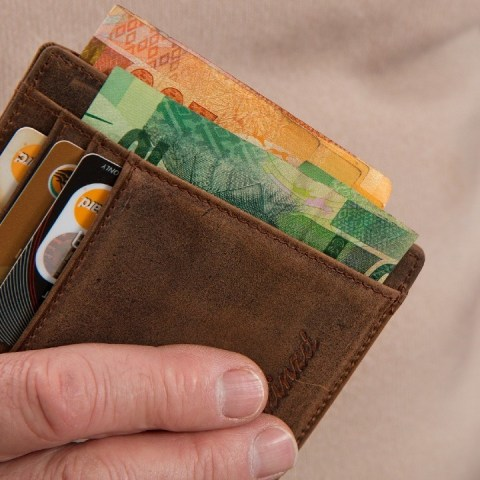 Es mejor pagar tus regalos con efectivo o tarjeta de crédito