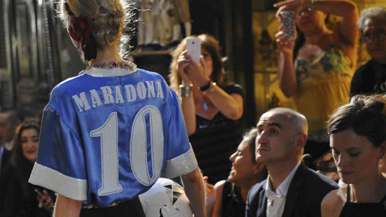 Diego Armando Maradona demandó a Dolce & Gabbana por utilizar su nombre sin permiso (Imagen: Twitter @rebecamaccise)