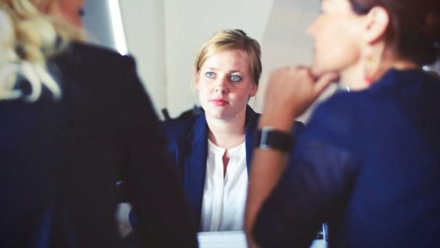 Hablar demasiado durante entrevista de trabajo (Imagen: pexels)