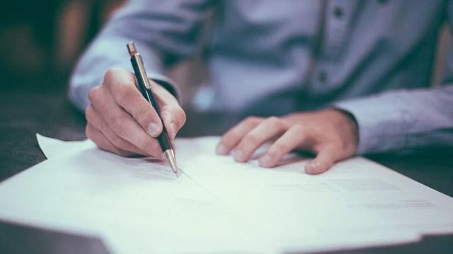 Firmar contrato de trabajo (Imagen: Pixabay)