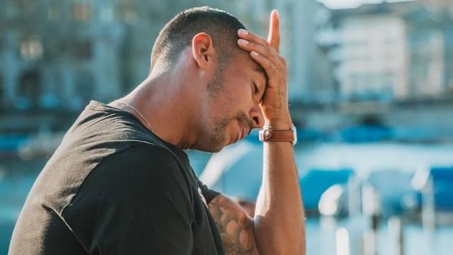 Hombre triste porque no recibirá aguinaldo (Imagen: Unsplash)