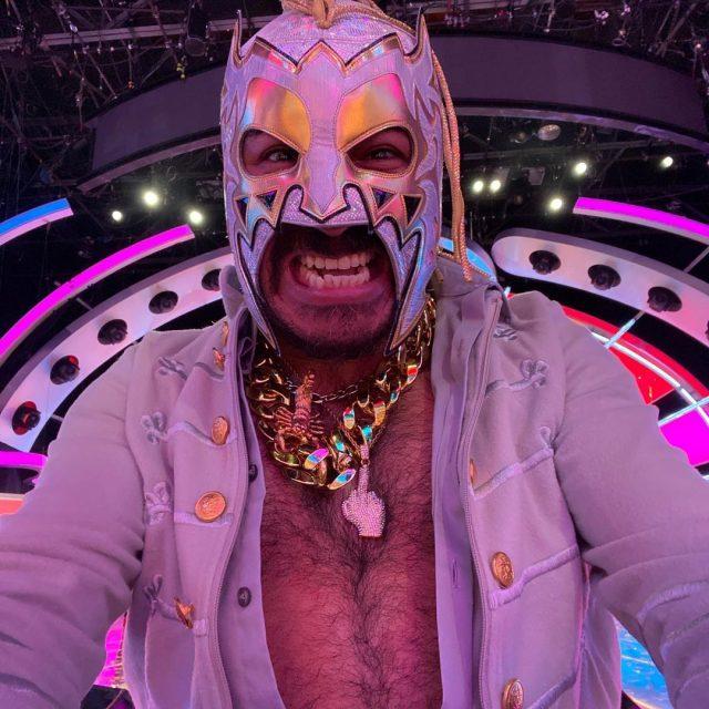 El Escorpión Dorado con su máscara es de los youtubers mexicanos más ricos