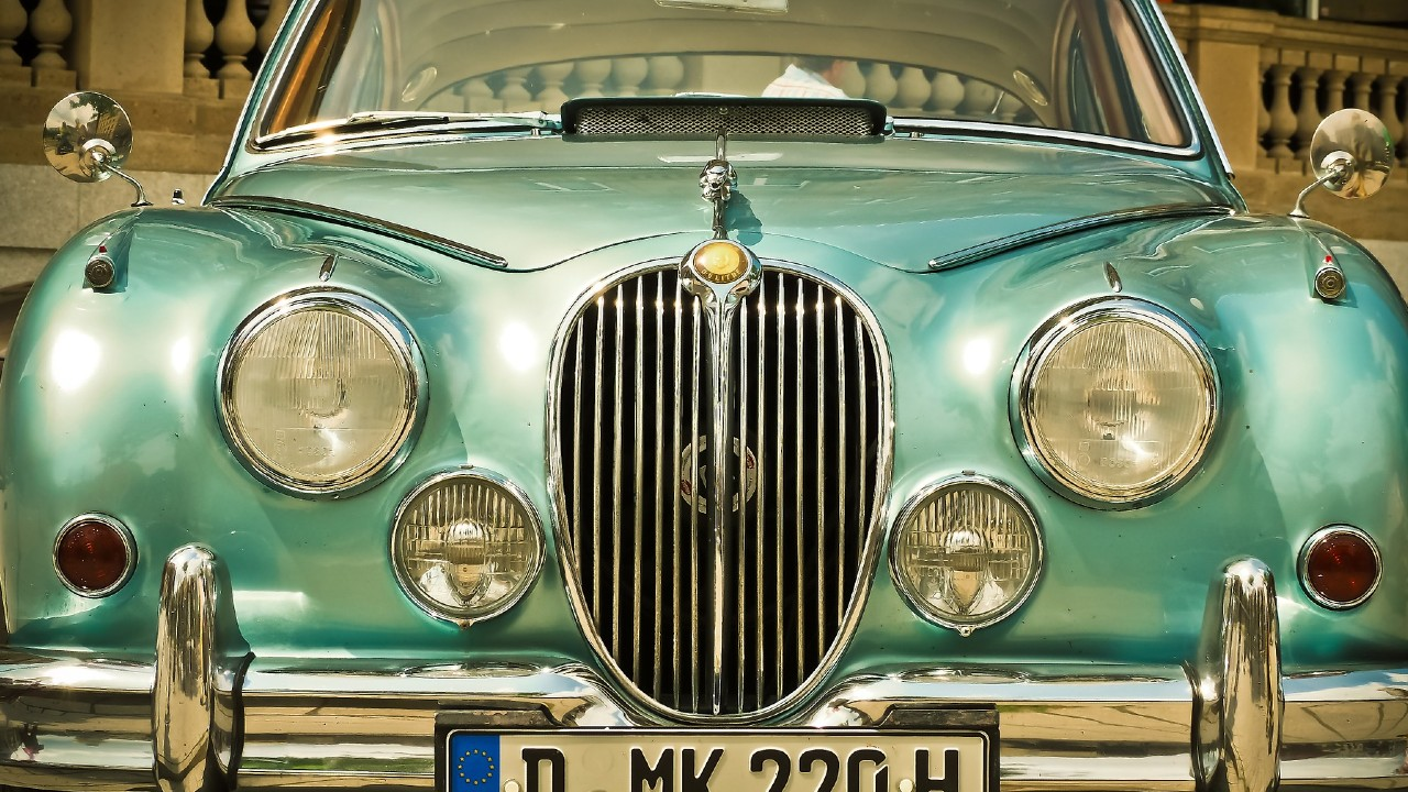 Razones por las que comprar un auto de lujo usado es más barato
