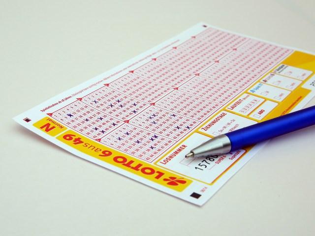 ¿Qué tan probable es volverme rico jugando la lotería?