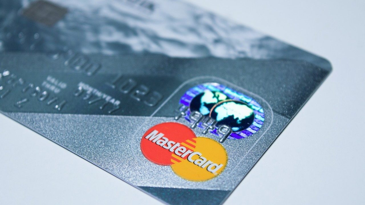 ¿Qué pasa con la deuda de una tarjeta de crédito sobregirada?