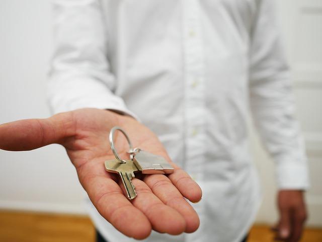 Solo o acompañado puedes conseguir las llaves de tu casa