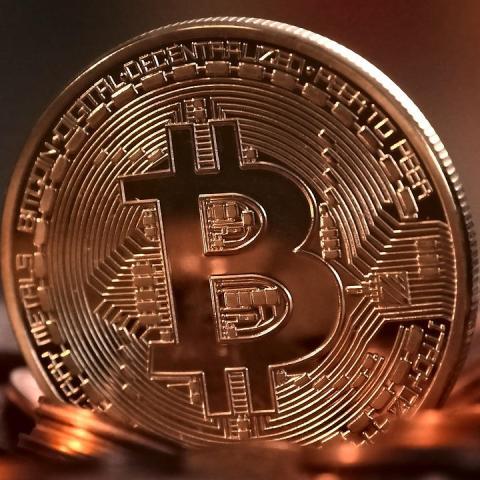 Bitcoin toca máximo histórico antes de salida a bolsa de Coinbase
