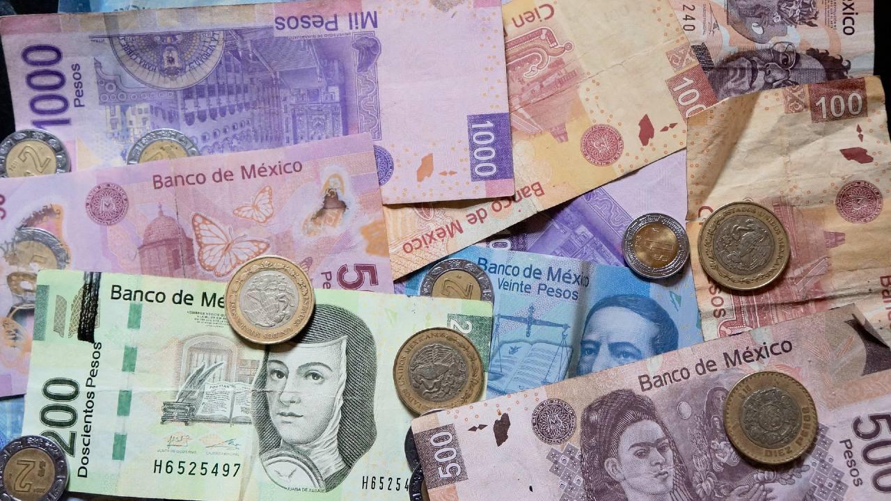 Cómo cambiar monedas a billetes en el banco