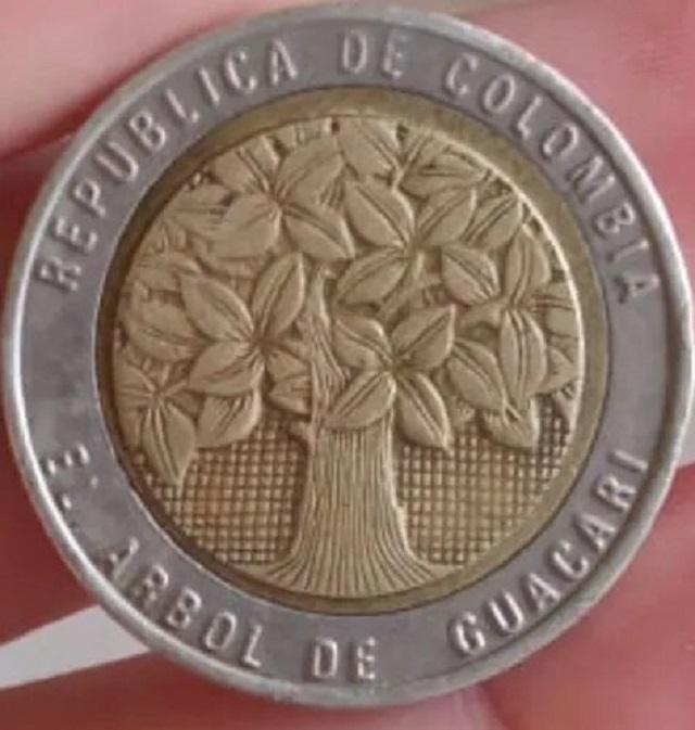 La moneda que se oferta en internet es de 1994, en su anversose puede observar un árbol de Samán de Guacarí