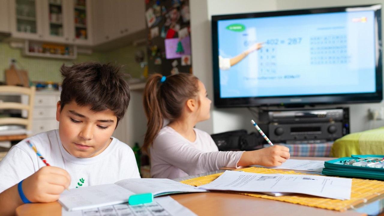 Los alumnos que decidan no asistir a los salones pueden tomar sus clases por medio de Aprende en Casa