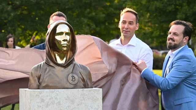 Develan en Budapest busto en honor a Satoshi Nakamoto, creador de Bitcoin