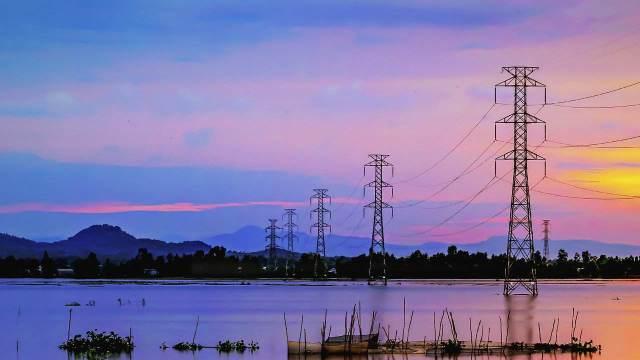 ¿Es verdad que la electricidad en España es más cara por la privatización?