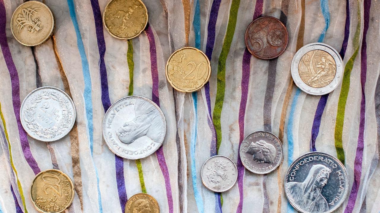 Monedas y billetes coleccionables.