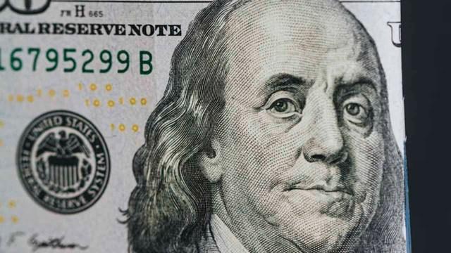 El precio del dólar pierde ligeramente
